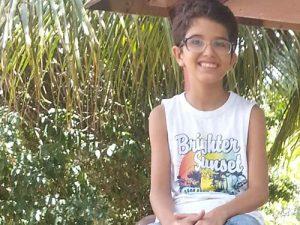 Ein Straßenkind lächelt - es ist glücklich bei Nós na Vida